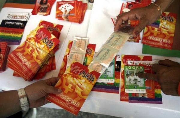 """Folletos y preservativos desplegados en un """"Carrito por la Vida"""", parte de las acciones del Centro Nacional de Educación Sexual de Cuba, para concienciar sobre el VIH/sida."""