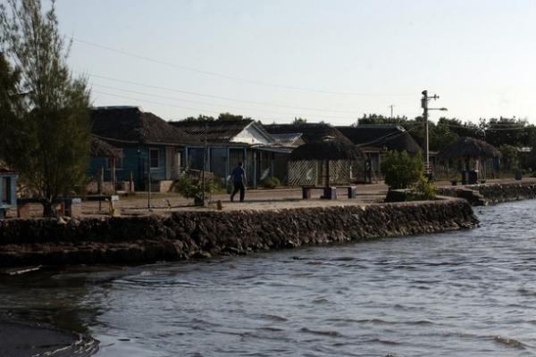El murallón que bordea la costa de Guanímar acelera la erosión y la pérdida de terreno.