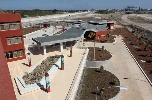 Vista parcial del edificio administrativo de la terminal de contenedores ubicada en el puerto de la Zona Especial de Desarrollo de Mariel, en Cuba.