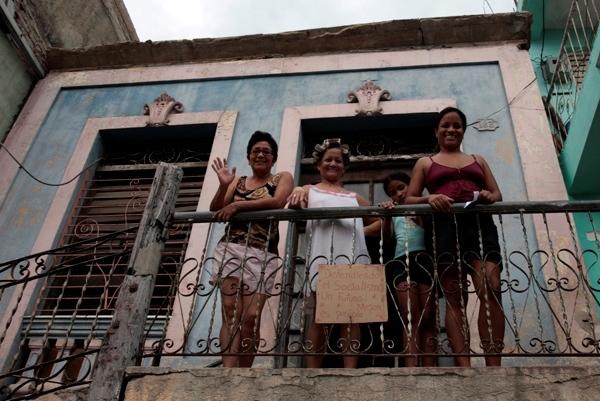 Personas que fueron afectadas por el paso de Sandy en Santiago de Cuba.