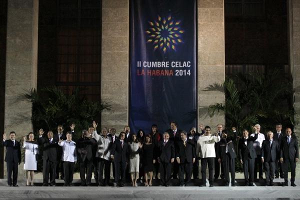 Los jefes de Estado y de gobierno posan para la tradicional foto de familia, durante la II Cumbre de la Comunidad de Estados Latinoamericanos y Caribeños (Celac), en el Palacio de la Revolución, en La Habana.